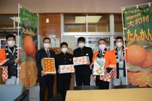 大和中学校であったタンカンの贈呈式=2日、大和村