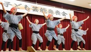 児童らが民謡など多彩な演目を披露した子ども芸能発表会=14日、和泊町