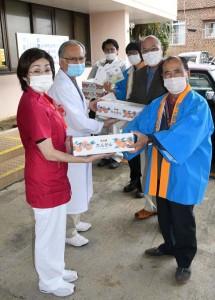 医療従事者へタンカンを贈呈する農家や行政関係者=12日、徳之島町亀津