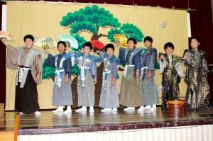上嘉鉄ゆみたで狂言「附子」を上演した小学生=21日、喜界町上嘉鉄(提供写真)