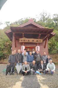集落民で協力して建て替えた厳島神社の社殿と住民=11日、奄美市笠利町外金久