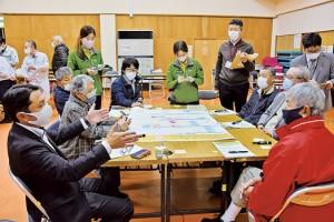 三太郎線の利用ルールについて意見交換した住民ら=12日、奄美市住用町