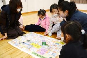 すごろくゲームで西郷菊次郎について学ぶ参加者=11日、龍郷町