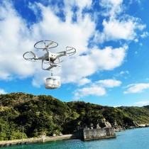 与路港からハミヤ島に向けて、カップ入りコーヒーを運ぶドローン=20日、瀬戸内町与路島(TARGET DX社提供)