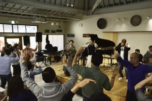 最後は六調で歌い踊って締めくくったまーぐん広場の音楽イベント=7日、奄美市笠利町