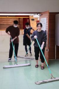 感謝の気持ちを込めて掃除する卒業生=4日、喜界町の休養村管理センター