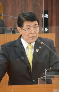 町長2期目を目指し立候補表明した今井力夫氏=9日、知名町議会本会議場