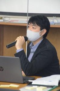 ウェブセミナーで、フリーランスやウェブを活用した事業を目指す人たちに解説する迫田さん=2月28日、奄美市名瀬
