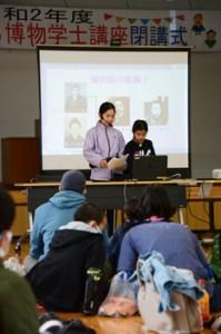1年間の学びの成果を披露する受講生=13日、龍郷町