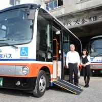 車いす用固定装置などを装備した沖永良部バス企業団の新たな車両=4日、知名町