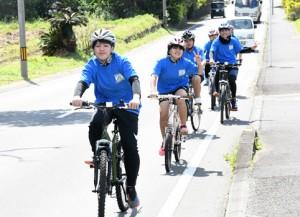 自転車で島内1周に挑戦する西伊仙東集落在住の中学生=13日、徳之島町花徳