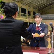 卒業証書を受け取る卒業生=1日、瀬戸内町の県立古仁屋高校