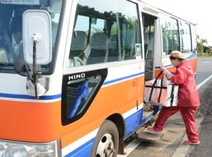 貨客混載の実証実験で路線バスに出荷用の農作物を積み込む農家=9日、和泊町