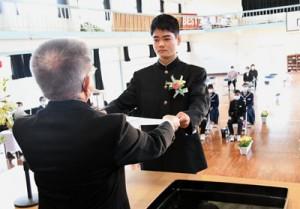 卒業証書を受け取る中学生唯一の卒業生の久保さん=16日、天城町西阿木名小中学校体育館