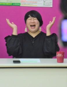 奄美テレビ本社の収録スタジオでトーク番組に出演する福山さん=2月26日、奄美市名瀬