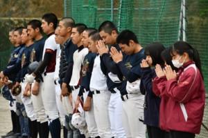 1分間の黙とうをささげて犠牲者の冥福を祈る生徒=11日、奄美市名瀬