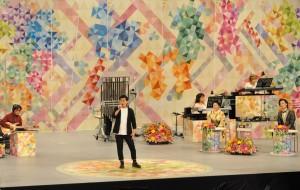 奄美市会場で行われた「NHKのど自慢」のチャンピオンに輝いた田中さん=21日、奄美市名瀬