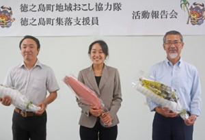 地域おこし協力隊を退任した(右から)鈴木廣志さん、川口裕美子さん、川口明さん=30日、徳之島町役場