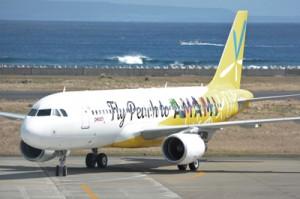 初フライトで奄美空港に到着したピーチの特別塗装機=5日、奄美空港