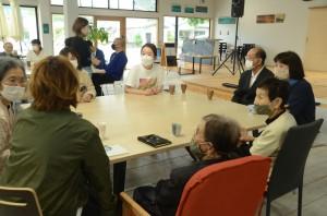 東京から訪れた三島千明医師(中央)と意見交換する笠利町の住民たち=21日、奄美市笠利町のまーぐん広場