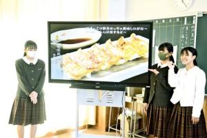 企画制作したポスターを紹介する商業科の生徒=4日、奄美高校