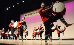 卒業記念公演で演舞を披露する沖永良部高校エイサー部=14日、知名町