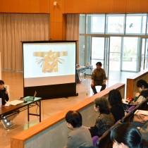 学芸員の町さんと渡さんがハブラギンについて説明したギャラリートーク=14日、宇検村