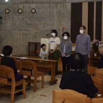 列席者へ感謝を述べた島尾伸三さん家族ら=25日、奄美市名瀬