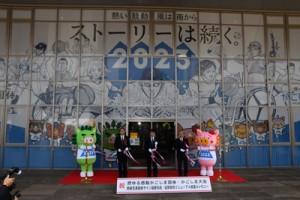 白波スタジアム正面玄関であったサイン装飾の完成セレモニー=2日、鹿児島市