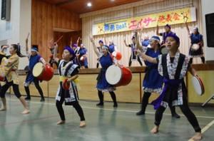 躍動感のあるエイサー演舞を披露する舞勇BEATの団員=7日、和泊町