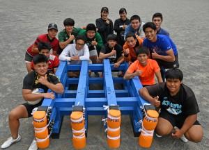 九州大会に出場する奄美高のラグビー部員とスクラムマシンを製作した3年生ら=11日、奄美市名瀬