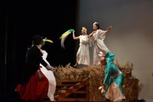 独特な世界観で観客を魅了した与論島劇団「野生の島人」の公演=7日、与論町