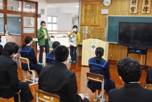 出前授業を行った環境省の職員ら=12日、奄美市住用町の住用中学校