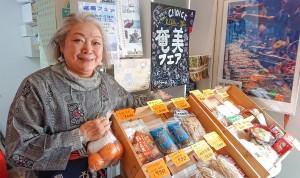奄美フェアで島の魅力を伝える江副さん=2月25日、東京・目黒区