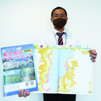 奄美市が作成した総合防災ハザードマップ冊子版=1日、同市名瀬