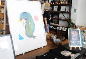 作品16点のほか、グッズ販売もしている「たいしイラスト原画展」=1日、瀬戸内町古仁屋