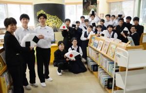 奄美図書館に手作りの椅子を寄贈した大島高校の生徒ら=26日、奄美市名瀬の県立奄美図書館