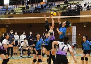 女子バレーボール=28日、奄美市の名瀬総合体育館