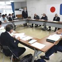 空き家等対策計画について説明があった龍郷町空き家等対策協議会の会合=14日、同町役場