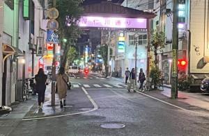 新年度がスタートして最初の週末を迎えた繁華街・屋仁川=3日午後8時ごろ、奄美市名瀬