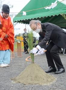 養護老人ホーム長寿園の新施設建設地であった起工式=3日、知名町知