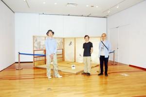 3人の合作「障子」を紹介する(右から)青木さん、永瀬さん、小田島さん=23日、田中一村美術館企画展示室