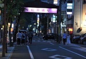 多くの飲食店が軒を連ねる屋仁川通り。奄美市内でのクラスター発生を受けて動揺が広がった=30日、同市名瀬