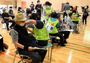 16日から3日間、大和村体育館で行われた新型コロナワクチンの高齢者集団接種