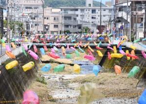新川に掲げられた約1000匹のこいのぼり=25日、奄美市名瀬