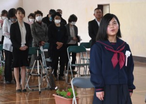 母・真奈美さん(左から3人目)や島民らが見守る中、入学式で校歌を歌う野崎凰さん(右)=6日、瀬戸内町請島の池地中学校