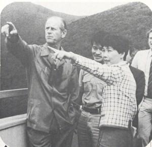 湯湾岳を視察するフィリップ殿下(左、本紙1984年10月17日付掲載)