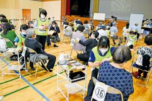 大和村で始まった新型コロナウイルスワクチンの高齢者集団接種=16日、同村体育館