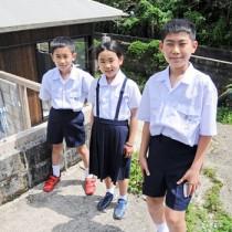 シェアハウス前で、撮影に応じる上城小の留学児童=6日、知名町