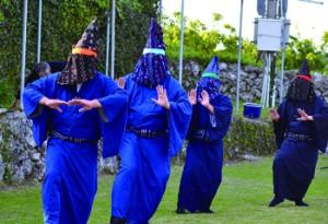 奉納された今年最初の与論十五夜踊=26日、同町の地主神社